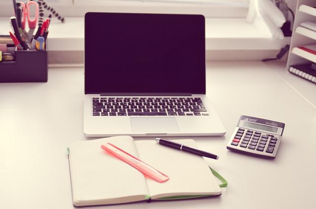 Laptop i notes na biurku